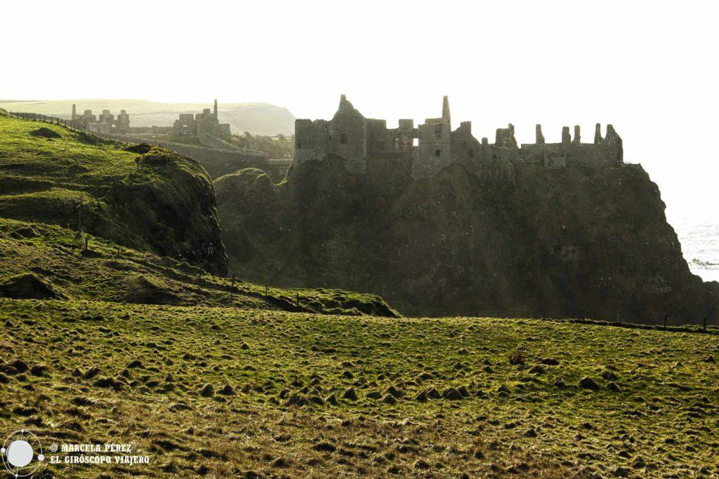 El castillo de Dunluce desafiando a la naturaleza al borde del precipicio